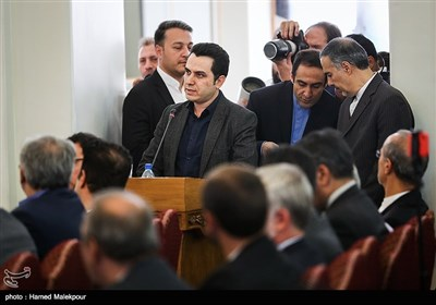 عباس اصلانی خبرنگار خبرگزاری تسنیم هنگام پرسیدن سؤال از محمدجواد ظریف وزیر امور خارجه