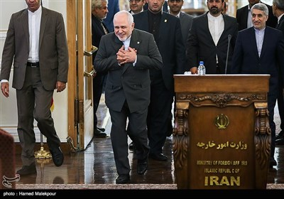 ورود محمدجواد ظریف وزیر امور خارجه به محل کنفرانس خبری