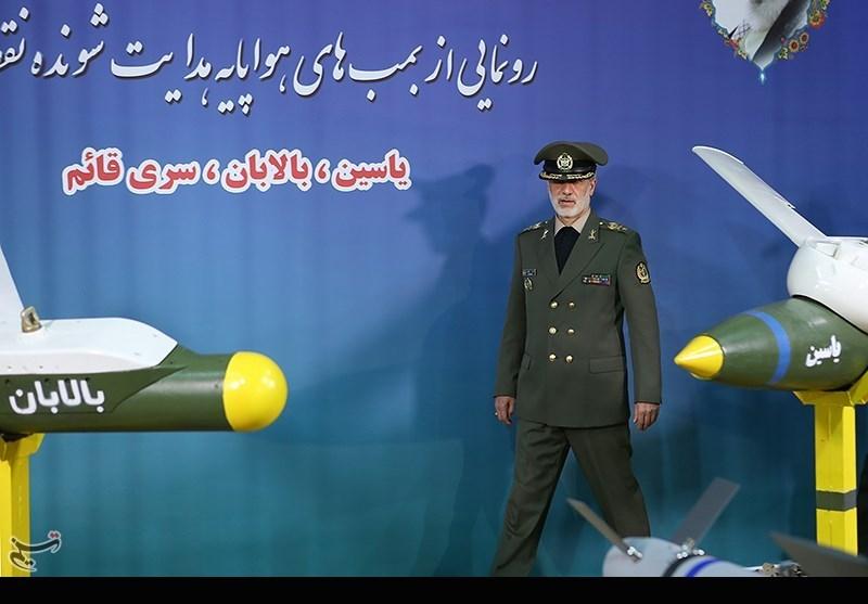 امیر سرتیپ حاتمی وزیر دفاع در مراسم رونمایی از بمب های هواپایه هدایت شونده نقطه زن