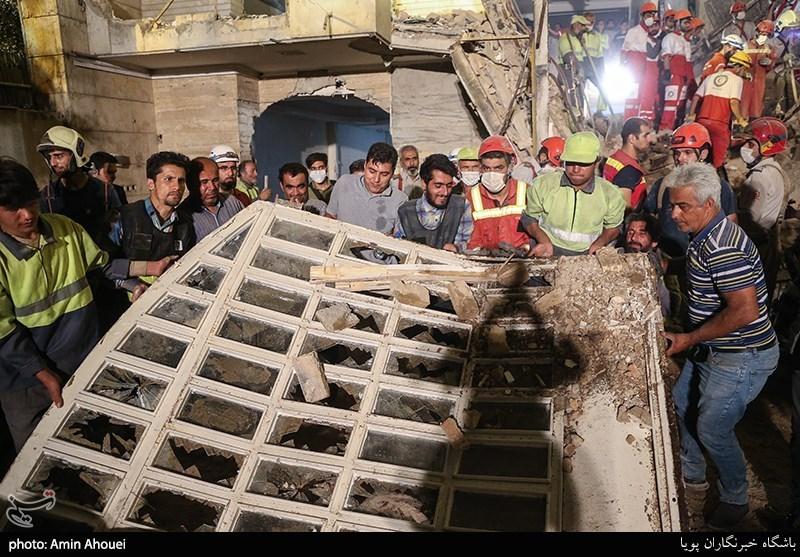 آواربرداری در ساختمان تخریب شده
