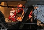 عملیات بامدادی برای پیدا کردن افراد حبس شده از زیر آوار + تصاویر