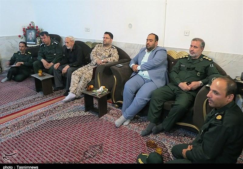 هیئتی به نمایندگی از فرمانده کل سپاه در منزل شهیدان «احمدی و اجاق» حضور یافتند