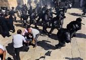 صهیونیستها اینگونه حرمت مسجدالاقصی و نمازگزاران را شکستند+ تصاویر