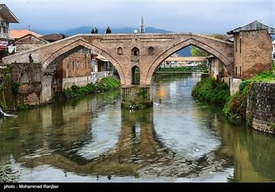 پل خشتی لنگرود که از آجر و ساروج ساخته شده است، بعنوان معروفترین بنای تاریخی و نماد شهر لنگرود یاد می شود. این پل تاریخی بر روی رودخانه لنگرود ساخته شده است
