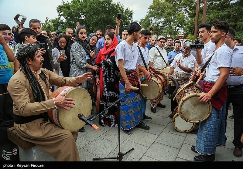نهمین جشنواره بین المللی دف نوازی با عنوان 'دف نوای رحمت' با حضور 30 استان کشور و چند گروه خارحی آغاز شد و تا 24مرداد در سنندج برگزار میشود