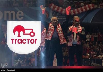 از نشان جدید تراکتور توسط قدرت زنوزی ، پدر مالک باشگاه، غلامرضا صادقیان مدیرعامل باشگاه و مصطفی دنیزلی سرمربی تیم تراکتور رونمایی شد.