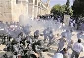 قوات الاحتلال الصهیونی تهاجم المصلین داخل المسجد الاقصى