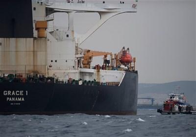 ناقلة النفط الإیرانیة تبدأ بمغادرة میاه جبل طارق