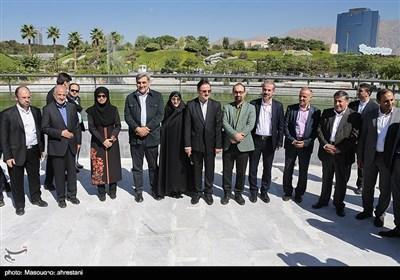 پیروز حناچی شهردار تهران و اعضای شورای شهر در بهره برداری از درياچه باغ هنر