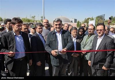 پیروز حناچی شهردار تهران در بهره برداری از درياچه باغ هنر