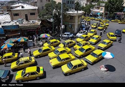 یکی از مسائلی که این روزها در این شهر بسیار نمایان است و نظر شهروندان را جلب میکند، تعداد زیاد تاکسی های موجود در شهر و صف های بلند تاکسی های بدون مسافر در ایستگاه های تاکسی است که نشان دهنده گرایش مردم به این شغل از فرط بیکاری است.