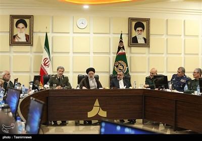 حجت الاسلام رئیسی پس از بازدید از سامانه موشکی باور در نشستی در جریان تازهترین دستاوردهای تلاشگران عرصه دفاعی قرار گرفت