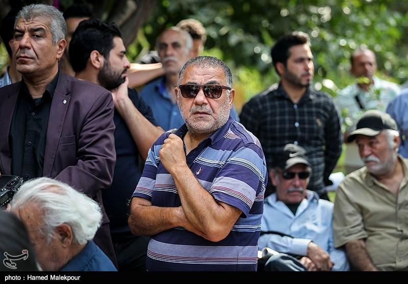خسرو احمدی در مراسم تشییع پیکر مرحوم داریوش اسدزاده