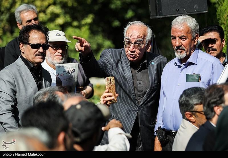 رضا بنفشهخواه در مراسم تشییع پیکر مرحوم داریوش اسدزاده
