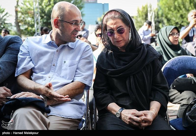 فاطمه معتمدآریا و شهرام گیلآبادی مدیرعامل خانه تئاتر در مراسم تشییع پیکر مرحوم داریوش اسدزاده