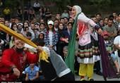 پانزدهمین جشنواره تئاتر خیابانی مریوان جشنواره با استقبال پرشور مردم کلید خورد؛ «جان من ایران من» به اجرا درآمد