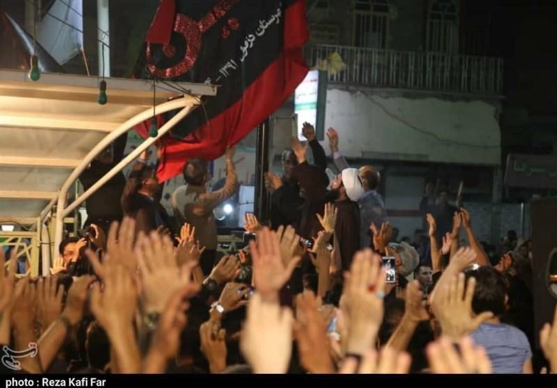 اهتزار پرچم عزای امام حسین (ع) بر گنبد آستان سبزقبا (ع) + تصاویر