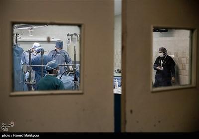 پزشکان بیمارستان شهید رجایی تهران در حال انجام عمل پیوند قلب سجاد پسر بچه ٩ ساله یزدی به مهیار عیسائی هستند.