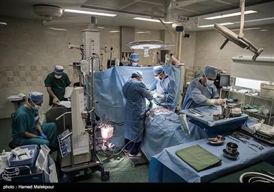 ساعت از ۱۱:۴۰ گذشته و قلب وارد اتاق عمل بیمارستان شهید رجایی تهران شده است. عمل پیوند قلب سجاد به مهیار عیسائی در حال انجام است.