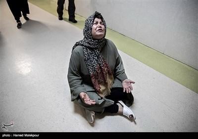 مادر مهیار عیسائی کودک ۹ سالهای که قرار است قلب سجاد به او پیوند داده شود پشت درب اتاق عمل بیتابی میکند.