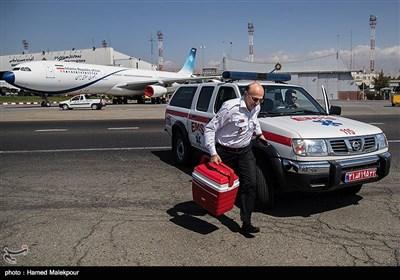 سیدرضا معتمدی معاون فنی و عملیات اورژانس قلب سجاد را برای انتقال به بیمارستان شهید رجایی تهران به سمت بالگرد میبرد.