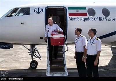 هواپیمای حامل قلب سجاد به تهران میرسد و سیدرضا معتمدی معاون فنی و عملیات اورژانس کلدباکس حامل قلب را از هواپیما خارج میکند.