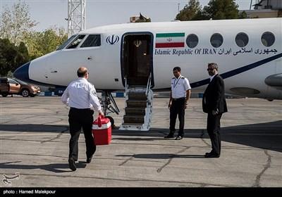 سیدرضا معتمدی معاون فنی و عملیات اورژانس قلب را برای انتقال به تهران به داخل هواپیما میبرد.
