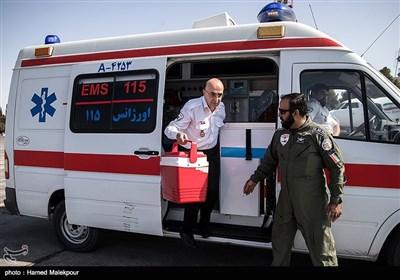 ساعت ۱۰:۱۵ سیدرضا معتمدی معاون فنی و عملیات اورژانس و تیم همراه او به فرودگاه یزد میرسند.