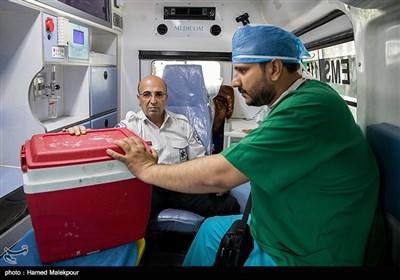 تیم با قلب سجاد به سرعت با آمبولانس به سمت فرودگاه یزد حرکت میکنند.