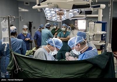 پسر بچه ٩ ساله یزدی در بیمارستان شهید رهنمون یزد وارد اتاق عمل شده و عمل خارج کردن قلب او در حال انجام است.