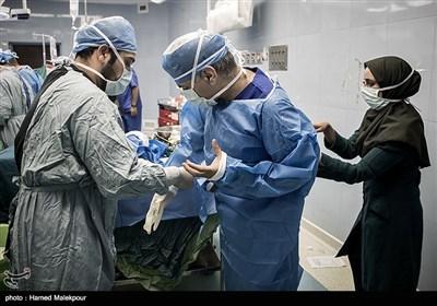 آماده شدن تیم پزشکی برای خارج کردن قلب سجاد درویشعلی پسر 9 ساله یزدی برای انتقال به تهران