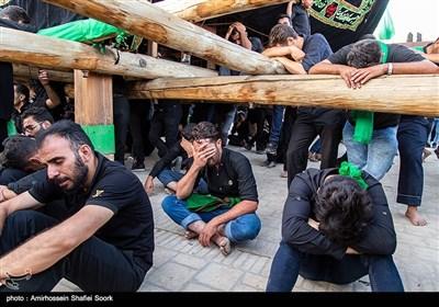 آیین نخل برداری عصر عاشورا در حسینیه سفید اشکذر-یزد