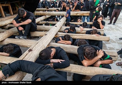 مردم عزادار اشکذر طبق سنت هرساله مراسم نخل برداری را در عصر روز عاشورا در حسینیه سفید اشکذر برگزار کردند.