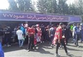 حاشیه دربی 90| درگیری لفظی هواداران سرخابی و سختگیری مأموران انتظامی برای ورود تماشاگران