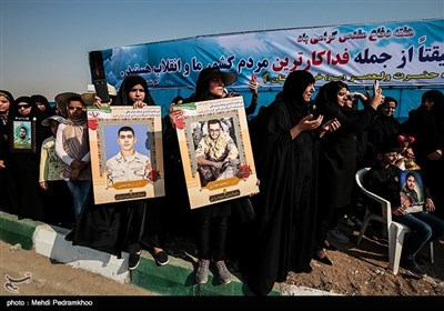 همزمان با آغاز نخستین روز از هفته دفاع مقدس، یگان های نیروهای مسلح خوزستان در اهواز روز یکشنبه با برپایی رژه حماسی همزمان با سراسر کشور، اقتدار و توان رزمی خود را به نمایش گذاشتند