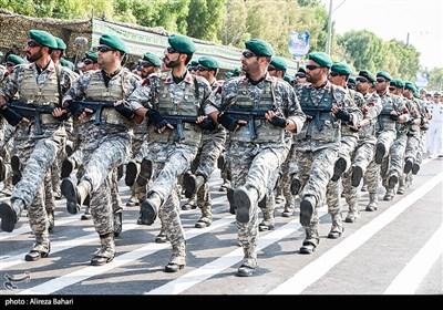 مراسم رژه نیروهای مسلح استان در نخستین روز هفته دفاع مقدس در بندرعباس