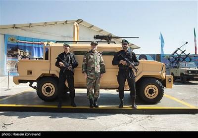 امیر سرتیپ کیومرث حیدری فرمانده نیروی زمینی ارتش کنار خودرو نظامی رویین تن نیروی زمینی ارتش