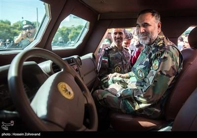 امیر سرتیپ کیومرث حیدری فرمانده نیروی زمینی ارتش داخل کابین خودرو نظامی رویین تن نیروی زمینی ارتش