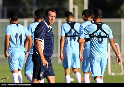 مارک ویلموتس در تمرین تیم ملی فوتبال پیش از دیدار با کامبوج
