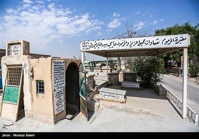 در قبرستان وادیالسلام بسیاری از نامداران و شخصیتهای دینی دفن شده اند.