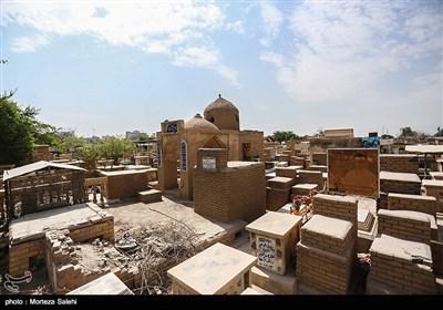 این قبرستان از جنوب به حرم مطهر حضرت علی (ع) و خیابان اصلی نجف و از شرق به جاده نجف - کربلا، از شمال به منطقه حی المهندسین و غرب به دریای سابق نجف محدود میگردد.