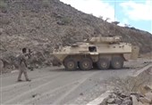 Yemeni Fighter with a Rifle Captures Saudi Armored Vehicle (+Video)