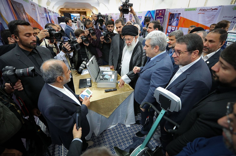 روایتی از بازدید حضرت آیتالله خامنهای از نمایشگاه شرکتهای دانشبنیان و فناوریهای برتر