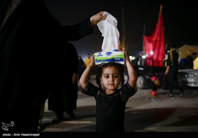 اخبار اربعین98| حرکت زیبای نوجوان عراقی در استقبال از زائران ایرانی + فیلم