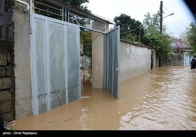 جاری شدن سیل و آب گرفتگی منازل در میان پشته رودسر