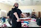 موکب تسنیم لرستان پذیرایی جوانان از زائران کربلا / خادمی در موکب طریقالشهداء
