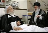 الامام الخامنئی یزور آیة الله مکارم شیرازی فی المستشفى+صور