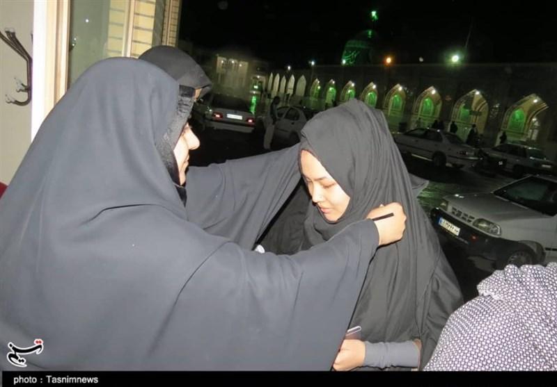 اخبار اربعین 98| پذیرایی از بانوان پاکستانی با ملزومات حجاب در موکب بانوان طریق الحسین(ع) نائین + تصاویر