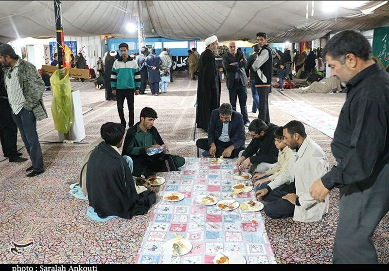 اخبار اربعین 98| توزیع روزانه 10 هزار وعده غذای گرم از سوی گلستانیها بین زائران اربعین در مرز مهران