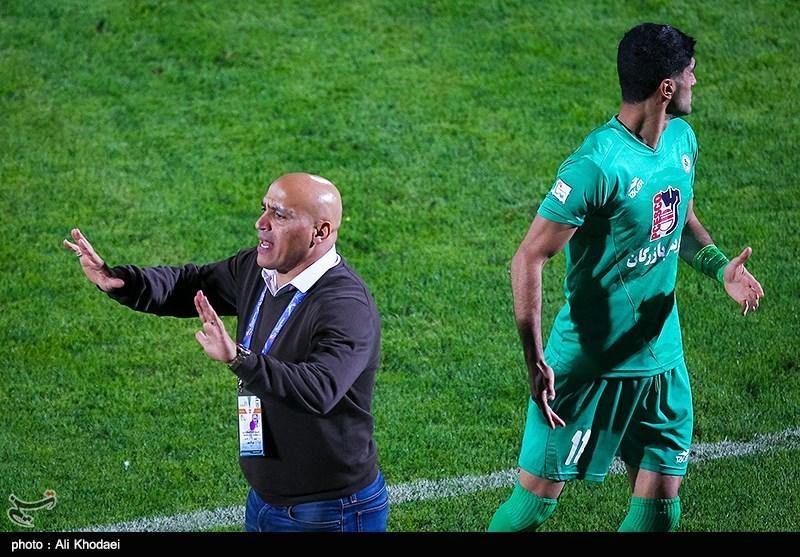 اصفهان| خوش و بش سبزپوشان با گلمحمدی؛ اعتراض هواداران ذوبآهن به داور